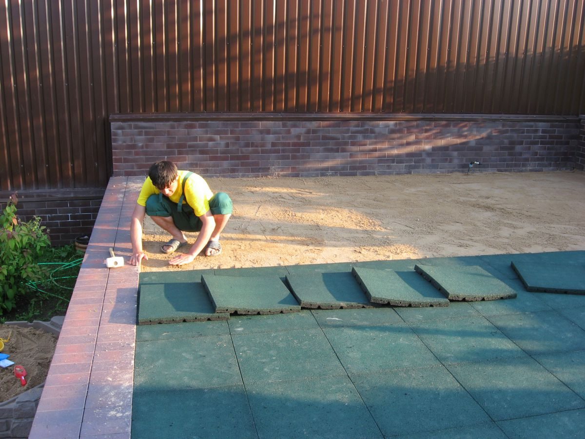 Резиновая плитка – для садовой тропинки, гаража и спортивной площадки 1280