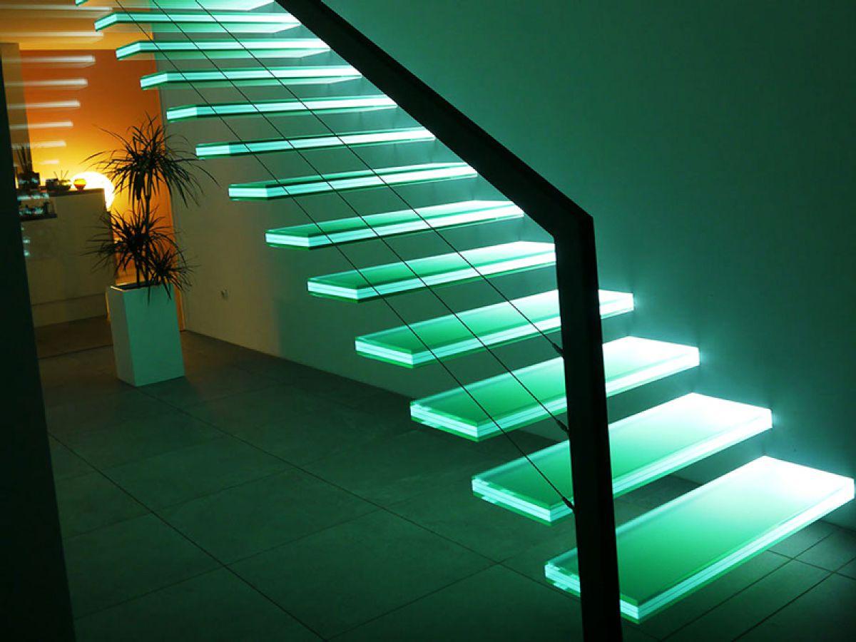 Стеклянная лестница в интерьере – изящество и надежность 2832