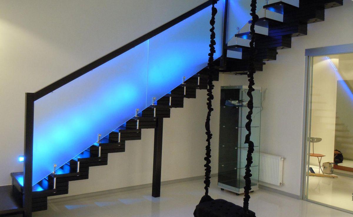 Стеклянная лестница в интерьере – изящество и надежность 2833