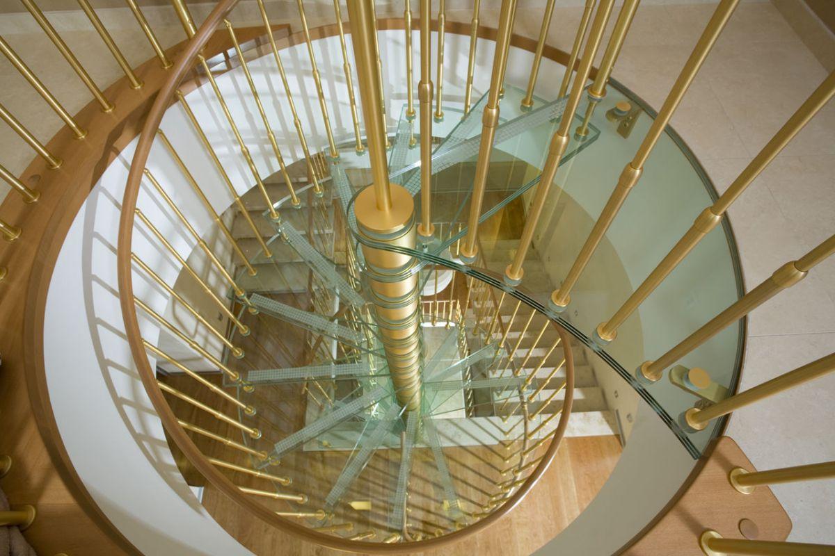 Стеклянная лестница в интерьере – изящество и надежность 2834