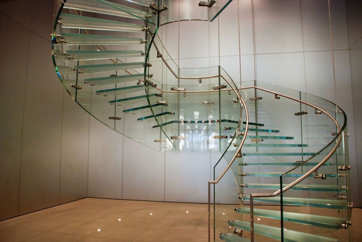 Стеклянная лестница в интерьере – изящество и надежность 2835