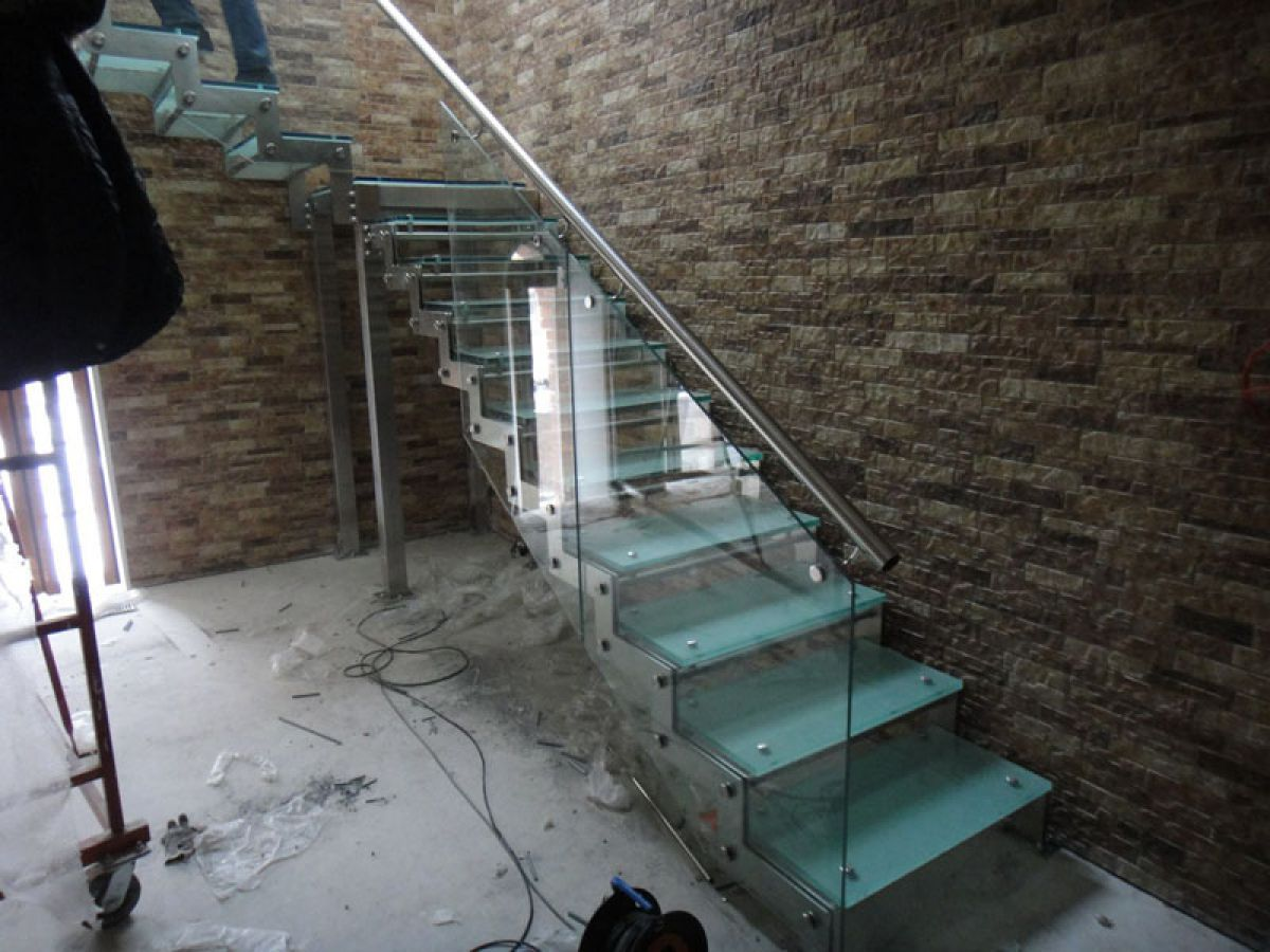 Стеклянная лестница в интерьере – изящество и надежность 2836