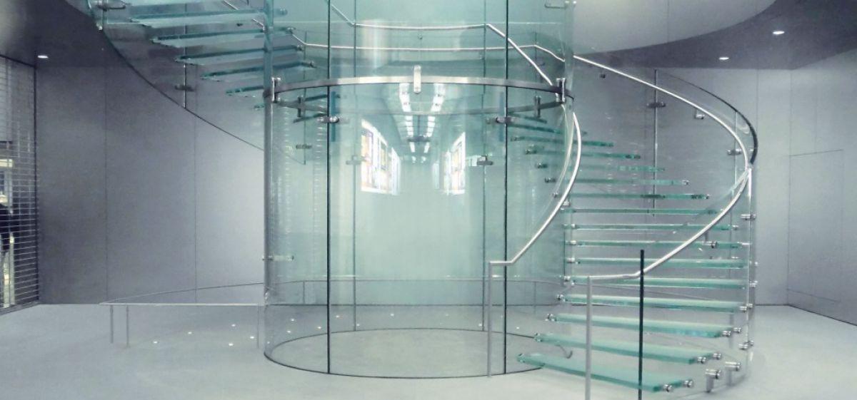 Стеклянная лестница в интерьере – изящество и надежность 2839