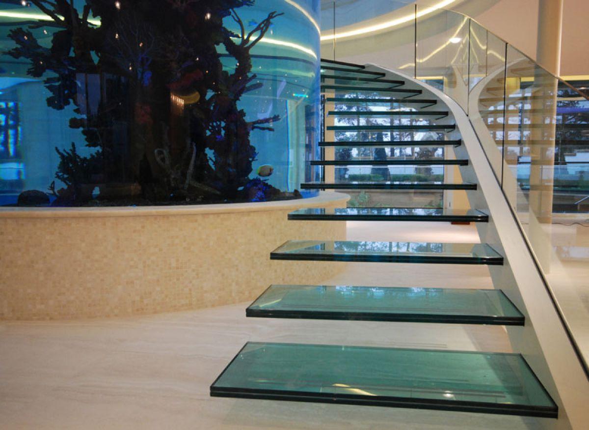 Стеклянная лестница в интерьере – изящество и надежность 2843