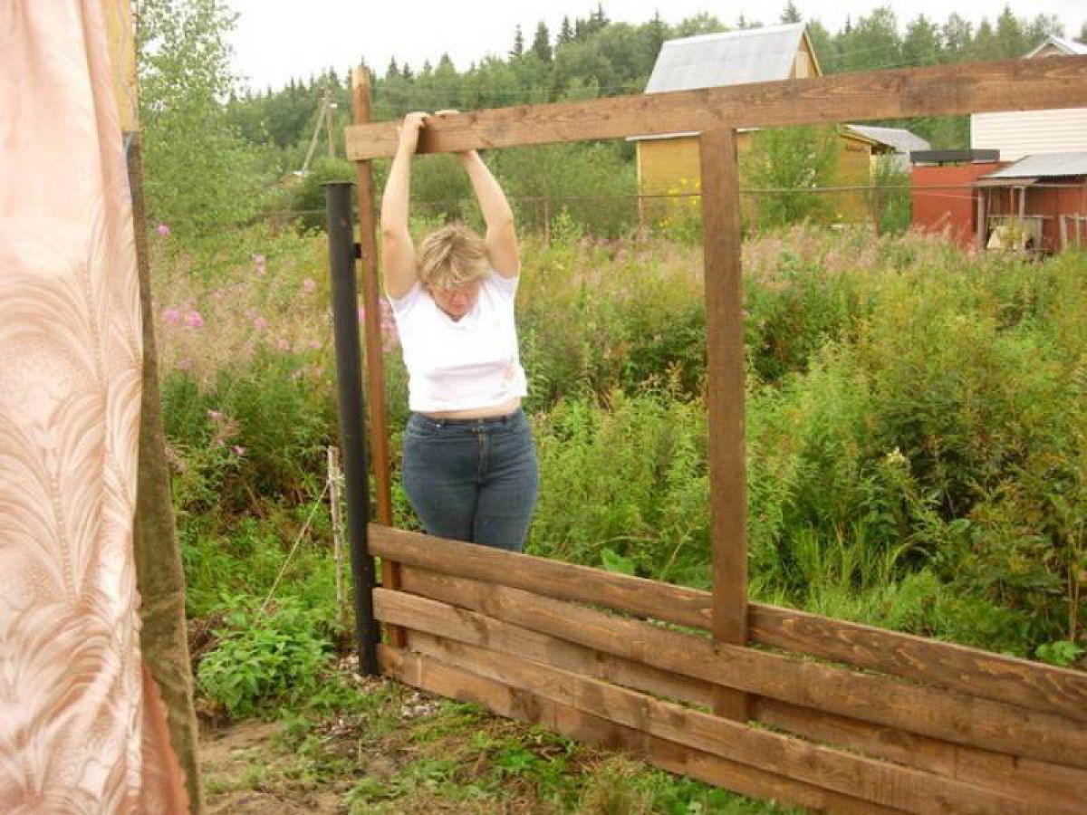 Плетеный забор на приусадебном участке. Плетение из деревянных досок и из веток березы 3544