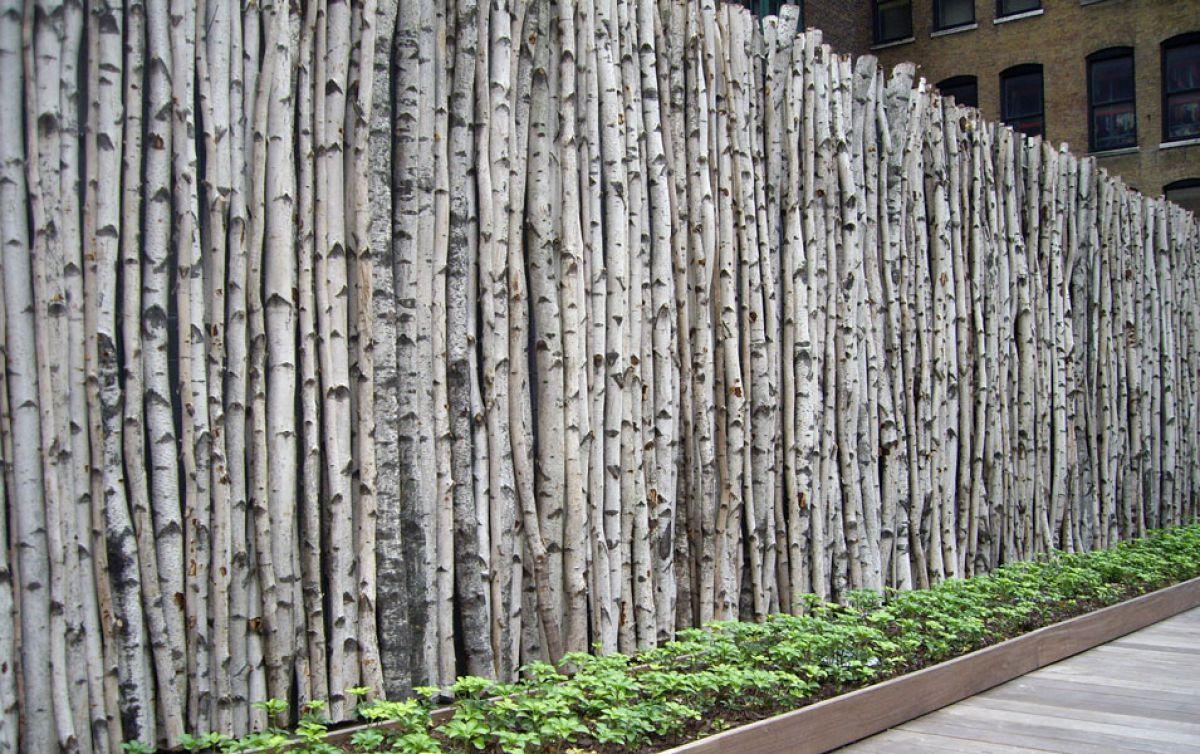 Плетеный забор на приусадебном участке. Плетение из деревянных досок и из веток березы 3546