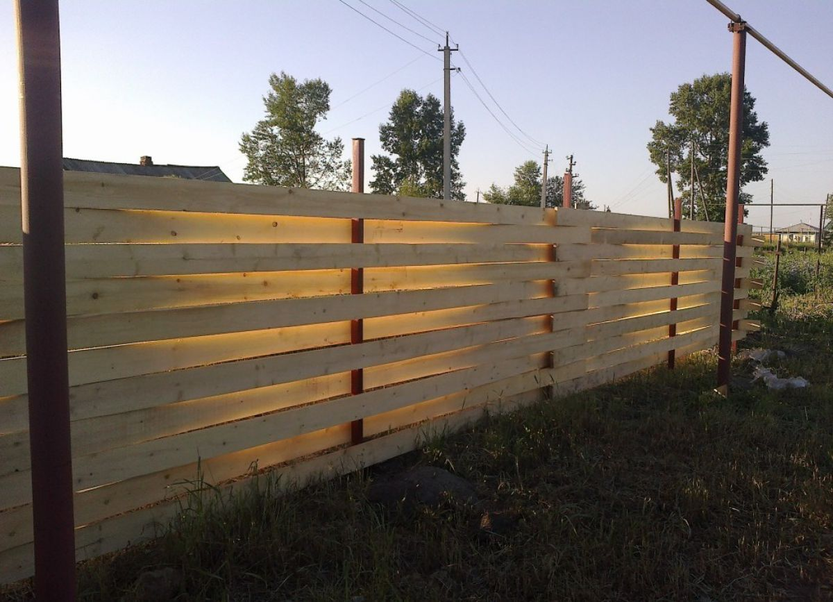 Плетеный забор на приусадебном участке. Плетение из деревянных досок и из веток березы 3548