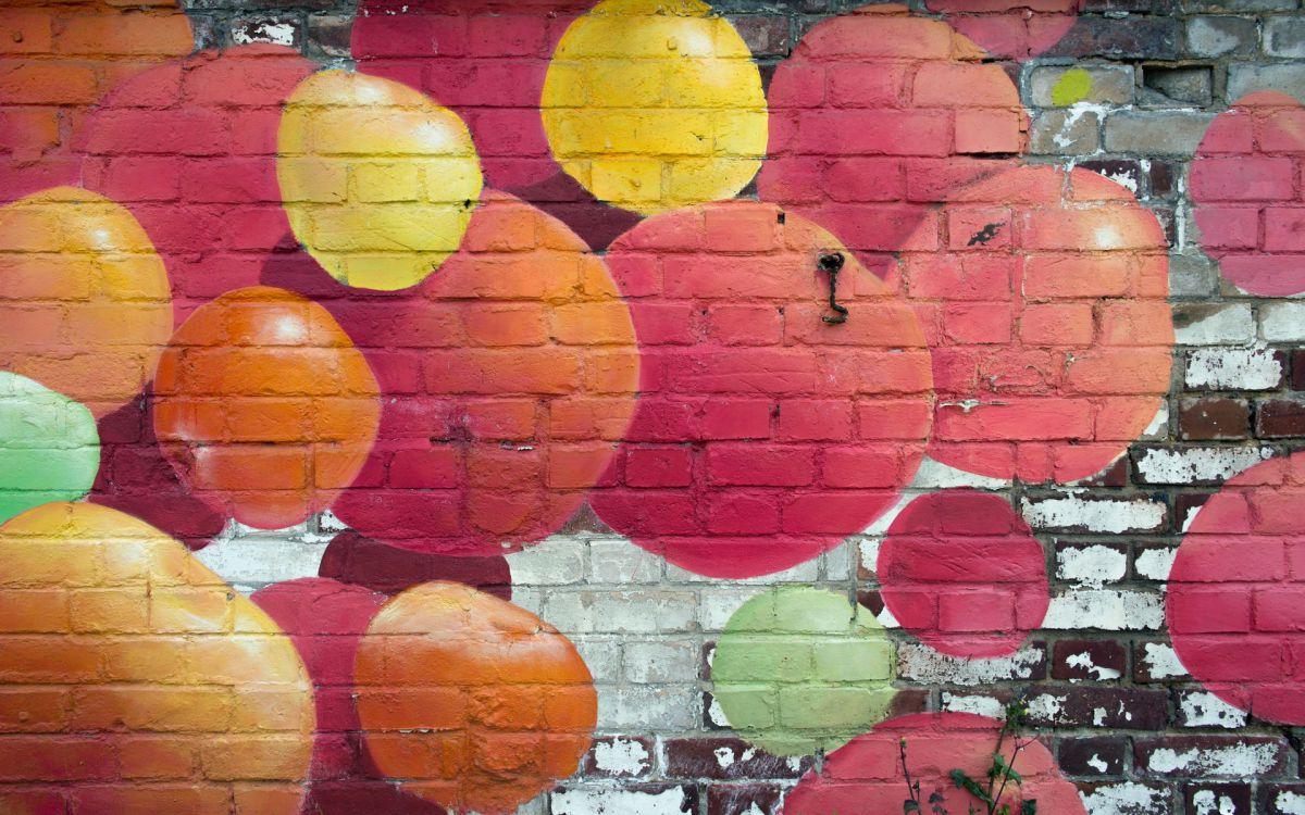 показывает кирпичная стена рисунок красками свою жену волосатой