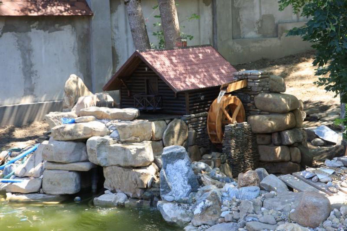 Загородный дом и лето. Водоем, водопад, декоративная мельница 4961