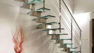 Стеклянная лестница в интерьере – изящество и надежность