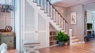 Полезный объем – под лестницей. Способы использования