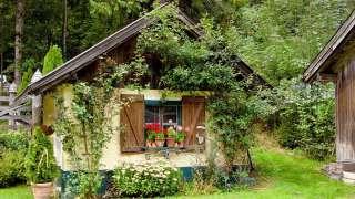 Дачный домик: камень, дерево, металл