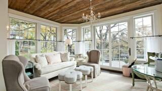 Белый деревянный дом
